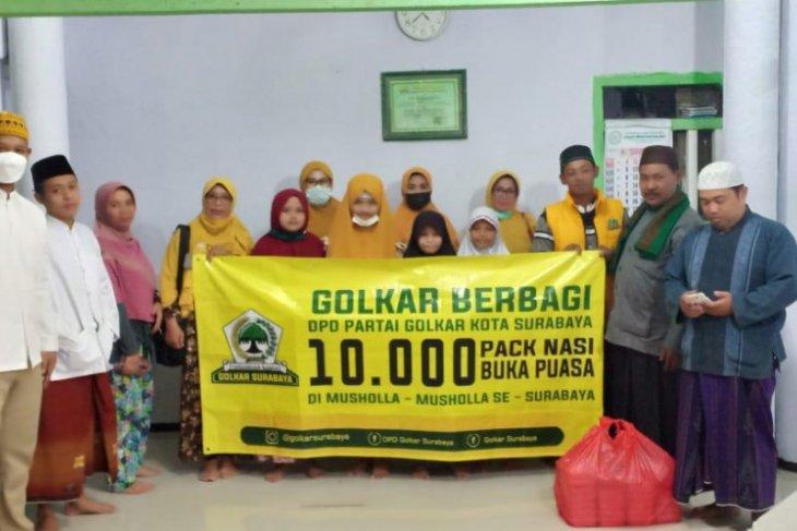 Gerakan Golkar Berbagi 10 ribu nasi kotak sasar musala di Kota Surabaya
