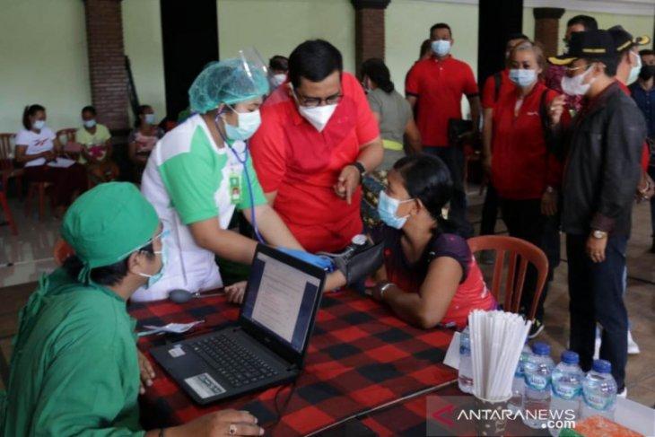 Bupati Tabanan pantau vaksinasi massal di lokasi wisata