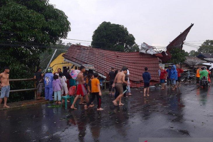 Puluhan rumah warga OKU Sumsel rusak berat diterjang puting beliung