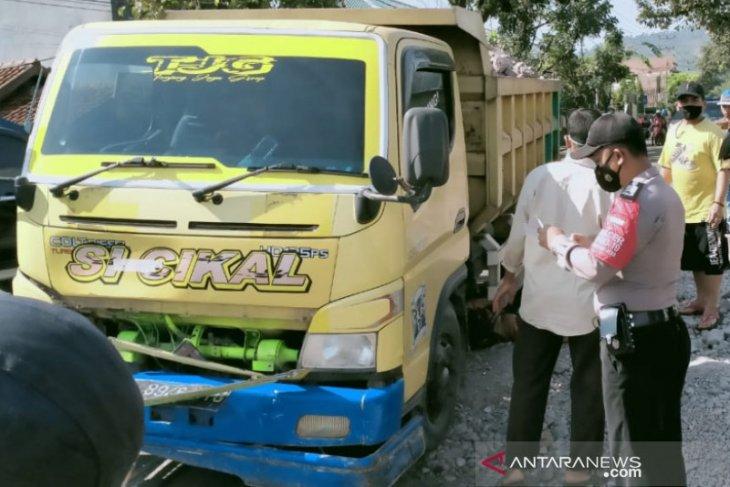 Sopir truk ngantuk seruduk motor bebek, seorang tewas