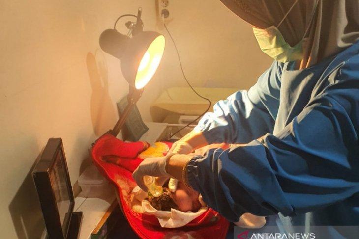 Bayi terbungkus kain batik ditemukan hidup meski  separuh tubuhnya terendam aliran sungai