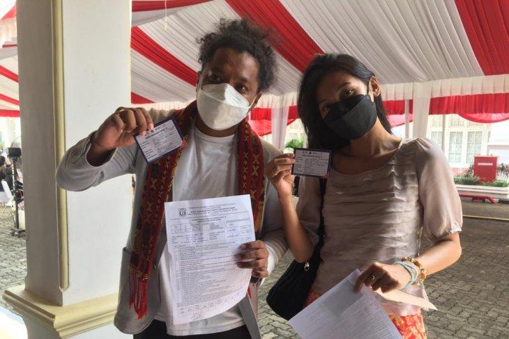 Arie Kriting dan istri ikuti vaksinasi seniman