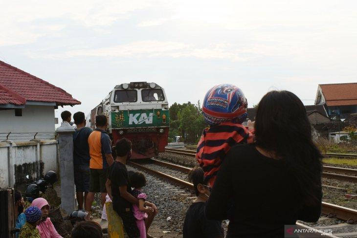 Ngabuburit di Sekitar Jalur KA
