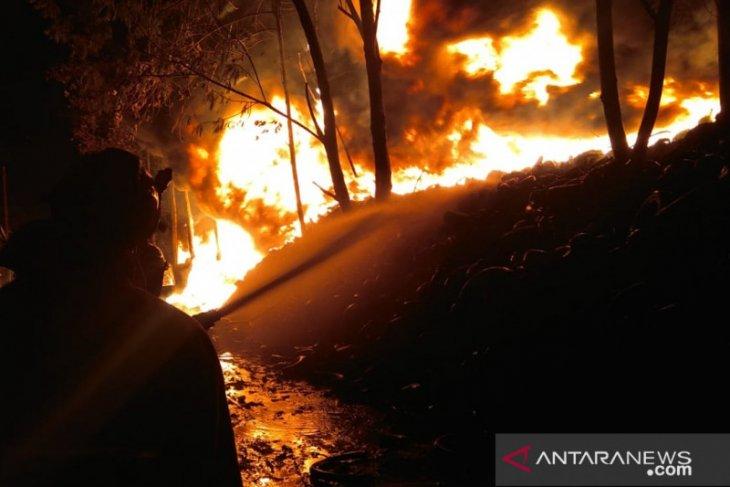 Sambaran petir akibatkan kebakaran kebun di Gunungputri Bogor (video)