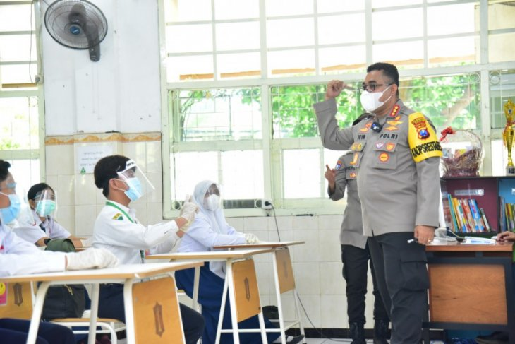 Kapolrestabes Surabaya jadi guru simulasi sekolah tatap muka