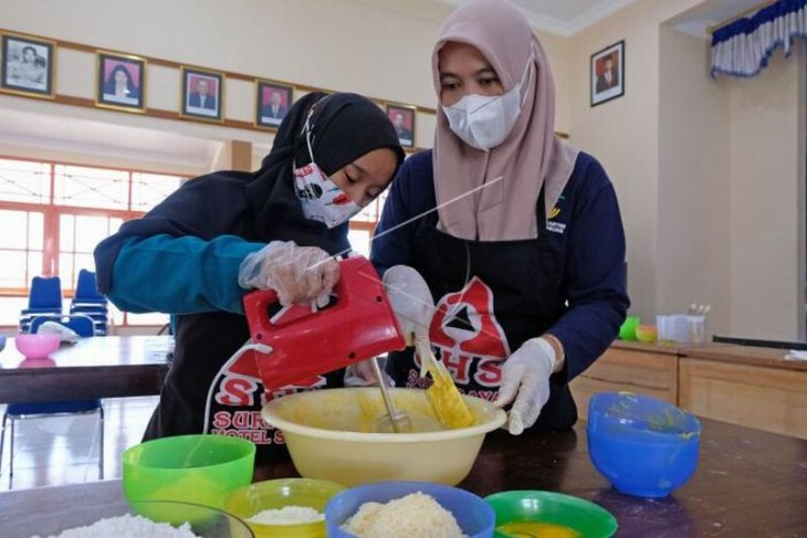 Produksi kue kering penyandang disabilitas