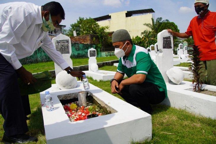 Manajemen PSMS ziarahi makam mantan pemain saat peringati HUT ke-71