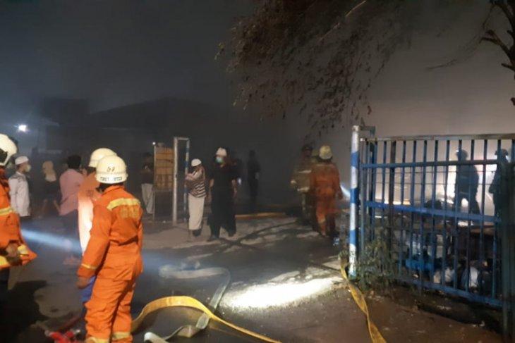 Gudang mebel terbakar diduga akibat petasan