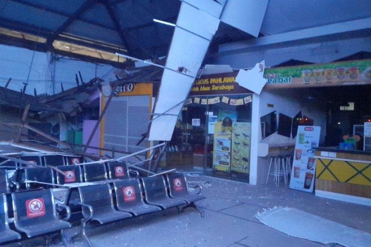 Atap ruang tunggu di Stasiun Pasar Turi Surabaya ambrol