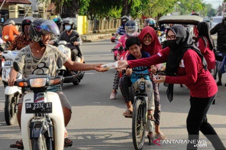 Para istri Polisi dari Sat Reskrim Polres HST berbagi takjil