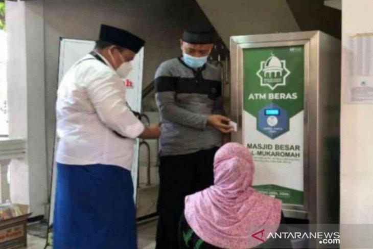 50 dhuafa di Bekasi dapat kartu ATM beras gratis