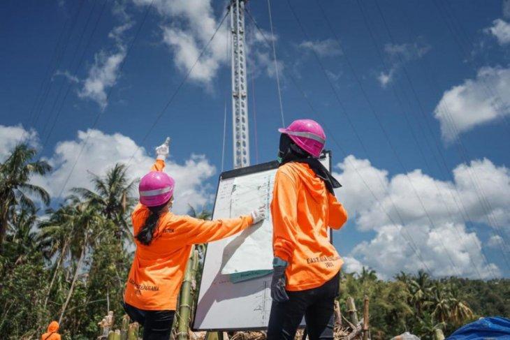 Dua Srikandi PLN, Ikut Dirikan Tower Listrik Darurat di NTT