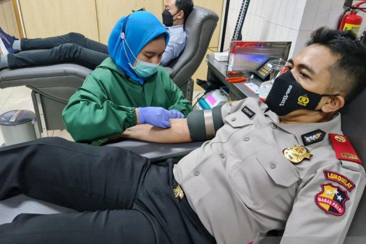 Peduli stok darah PMI, Serdik Sespimmen Wahyu Hidayat lakukan donor darah