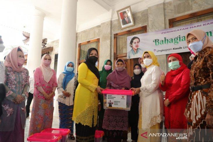 50 perempuan lansia dan Bupati Serang berbagi kebahagiaan di Hari Kartini