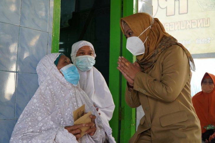 Ning Ita salurkan bantuan hibah tempat ibadah, bansos lansia dan JKK-JKM untuk tenaga keagamaan