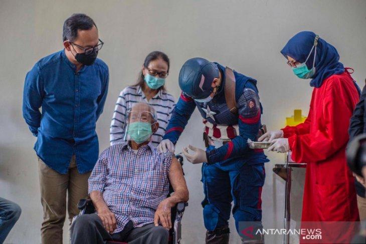 Wirjawan, kakek 104 tahun dengan berkursi roda semangat jalani vaksinasi