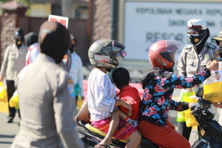 Peringatan Hari Kartini, Polwan Polres Madiun Kota bagikan sembako