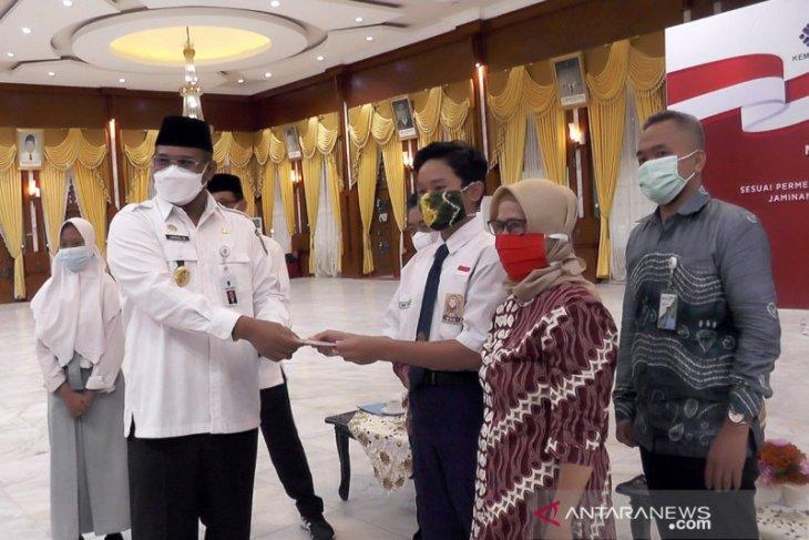 BPJS Ketenagakerjaan Banjarmasin serahkan beasiswa anak Rp803 juta