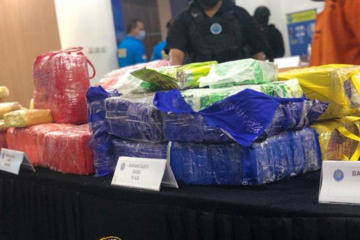 Penyelundup narkoba  lemparkan dua karung sabu-sabu ke laut