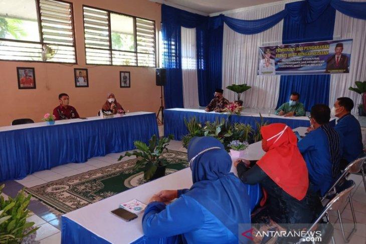 Pembinaan OPD, Bupati HSS disambut wanita jajaran Disdik berbusana Kebaya