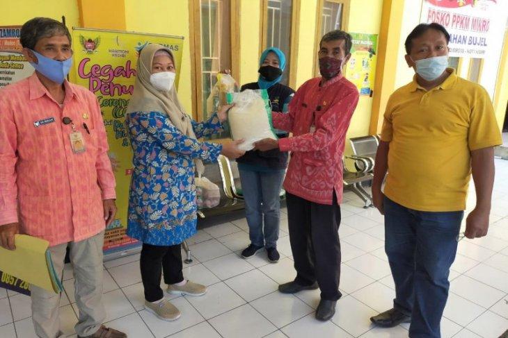 Penyaluran paket bahan pokok warga isolasi mandiri di Kota Kediri terus dilanjutkan