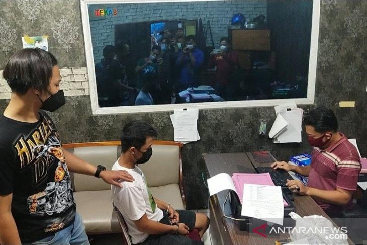 Ancam dan peras seorang warga, polisi gadungan diringkus