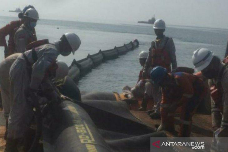 Warga dan PHE ONWJ bersihkan sisa kebocoran minyak di pantai Cemarajaya Karawang