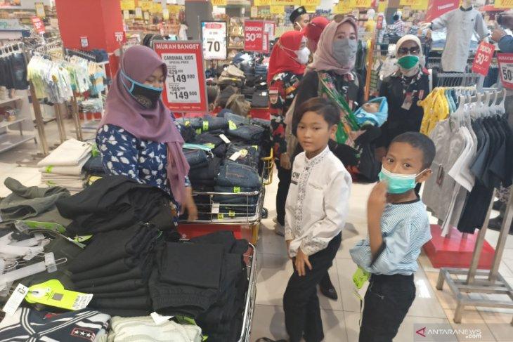 Laskar Merah Putih Cilegon boyong puluhan anak yatim belanja di mall