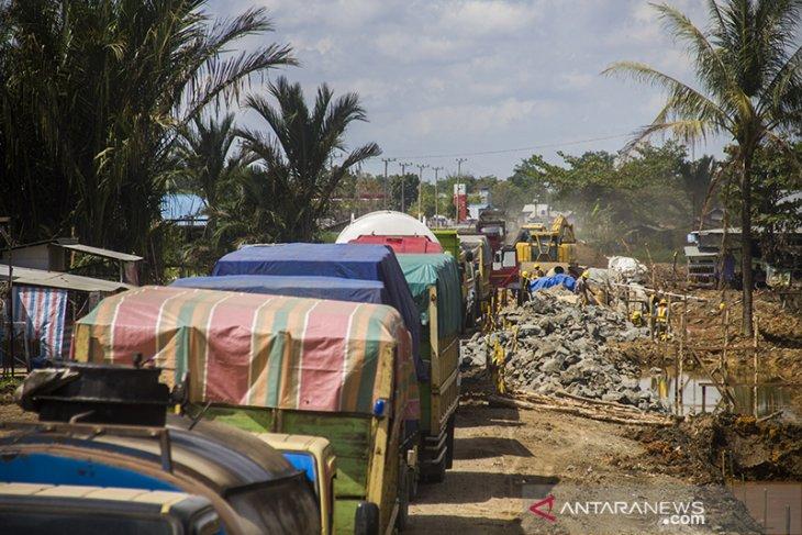 Jalan Nasional Rusak Mengancam Terhambatnya Distribusi Barang