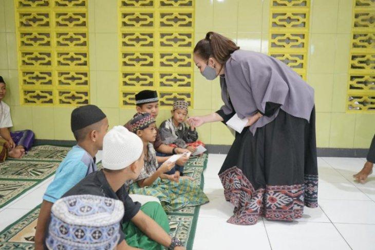 Hari Kartini Ketua KPPI Kalbar berbagi kasih di dua panti asuhan