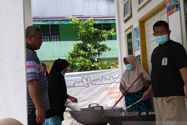 Pengurus masjid di Simeulue berbagi takjil selama Ramadhan