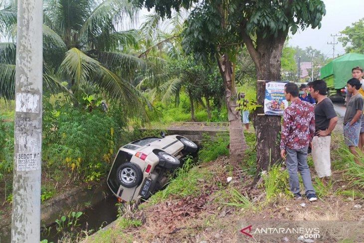 Sopir mengantuk, mobil eskudo masuk parit di Bengkulu
