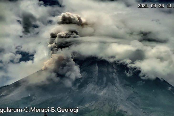 Gunung Merapi meluncurkan awan panas guguran sejauh dua kilometer