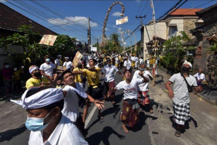 Tradisi mesuryak pada Hari Raya Kuningan