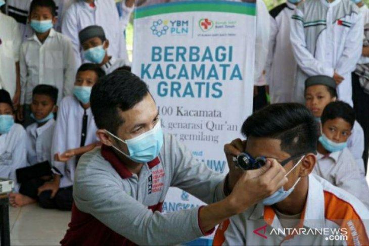 YBM PLN Babel bantu panti asuhan dan santri 100 kacamata gratis