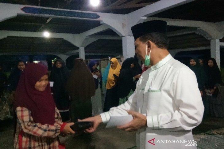 Syahrul M. Pasaribu santuni anak yatim dan penghafal Alquran di Ponpes Baburrohman