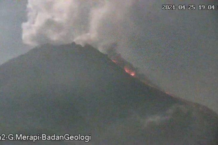 Gunung Merapi keluarkan awan panas dan lava pijar ke barat daya