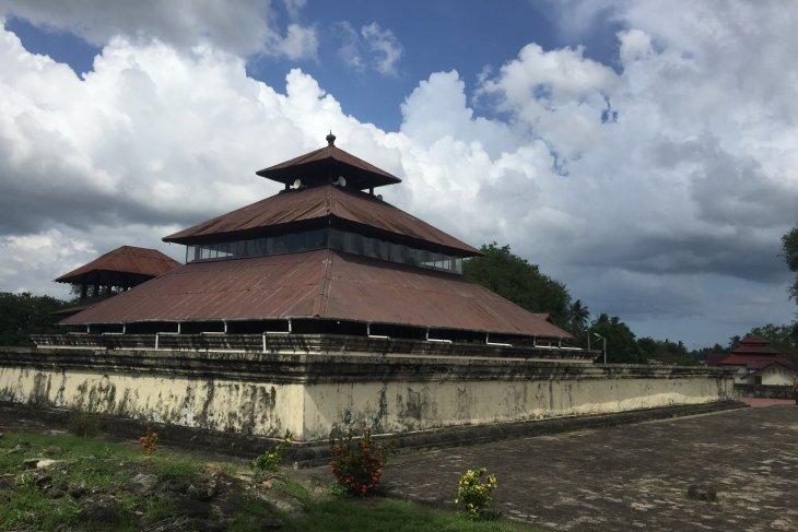Ibadah di Masjid Tua Indrapuri, peninggalan peradaban Islam