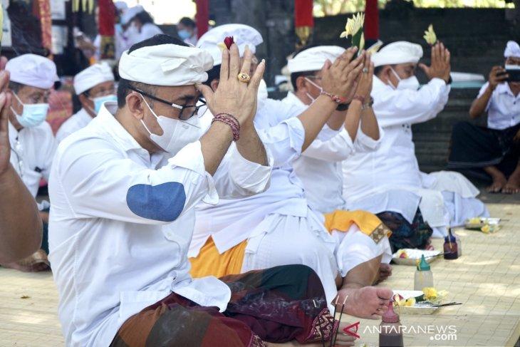 Wali Kota Denpasar laksanakan sembahyang serangkaian Pujawali di Pura Taman Sari Denpasar