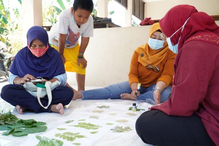 Dosen dan mahasiswa UK Petra berbagi ilmu eco print dengan warga Kampung Herbal