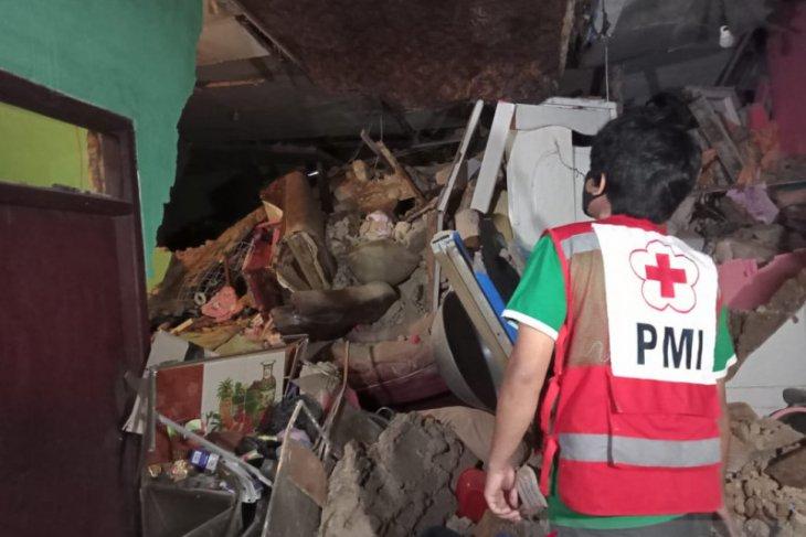 Longsor timpa rumah warga di utara Sukabumi, dua orang terluka