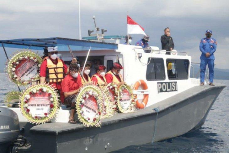 Gubernur Bali dan masyarakat tabur bunga bagi kru KRI Nanggala (video)