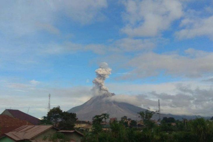 Gunung Sinabung semburkan abu vulkanik  setinggi 1.000 meter