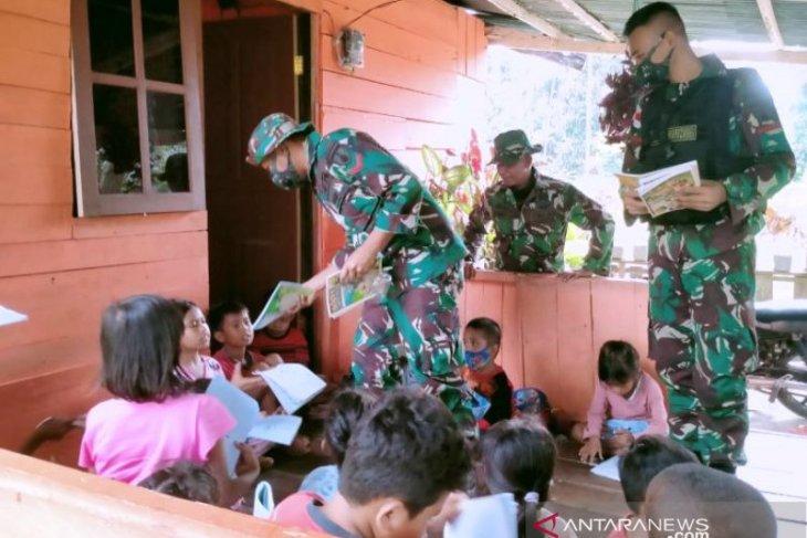 Satgas TNI berbagi ilmu pengetahuan dengan anak di perbatasan