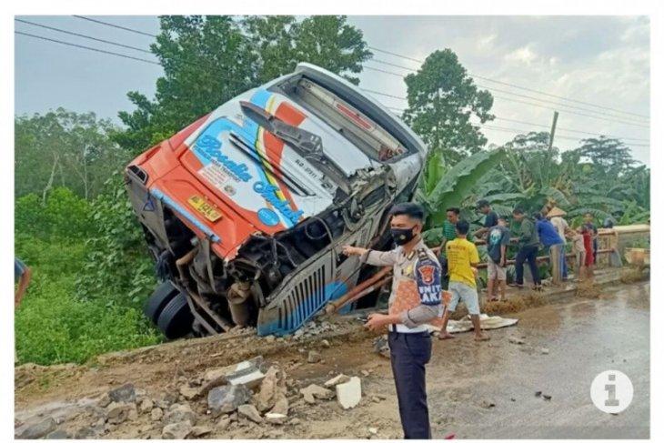 Bus dan truk terperosok setelah bersenggolan di tikungan, pengemudi bus meninggal