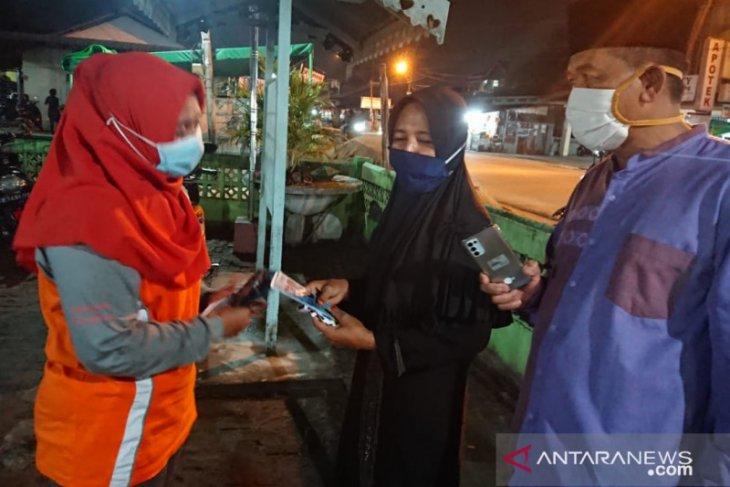 Dinas Kesehatan Kubu Raya bagikan masker kepada jamaah Sholat Tarawih