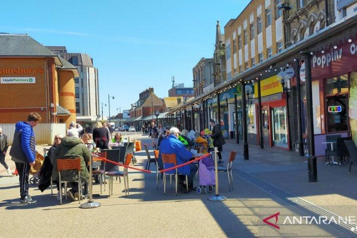 Warga Inggris mulai padati kafe dan tempat wisata