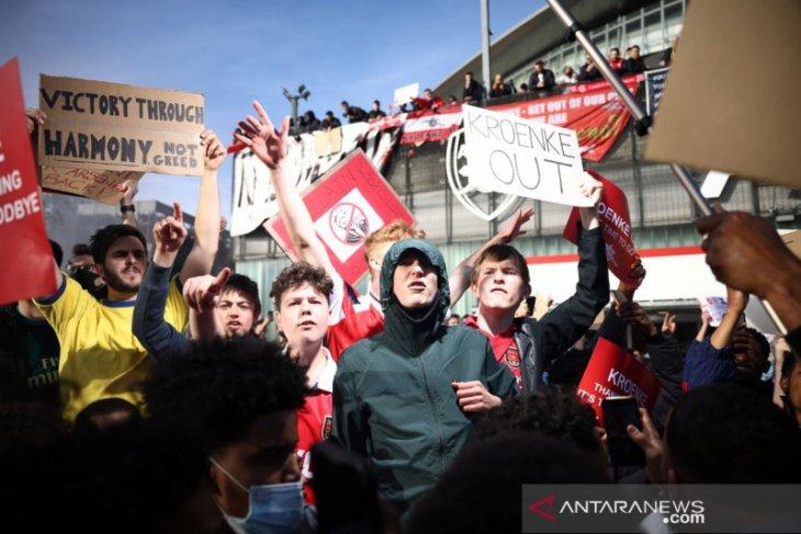 Stan dan Josh Kroenke tegaskan  tidak berniat jual Arsenal