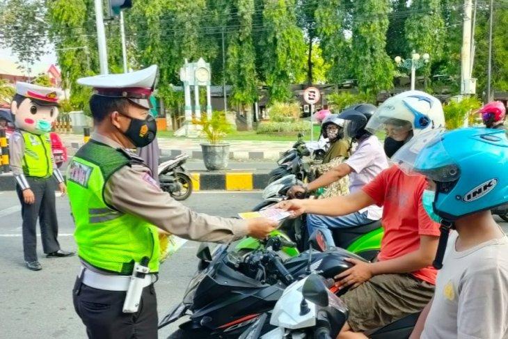 Satlantas Polres Situbondo bagikan brosur larangan mudik ke pengendara
