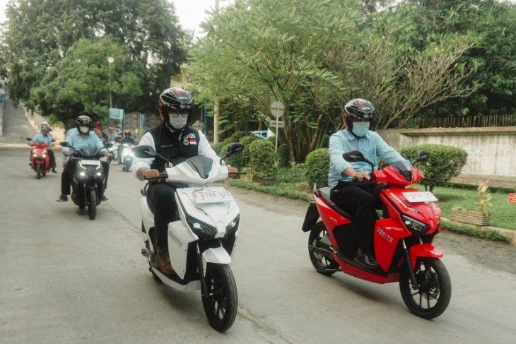 Ridwan Kamil  intip produksi motor listrik